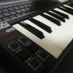 """MIDIキーボード""""AKAI professional LPK 25""""のUSBケーブル端子について"""